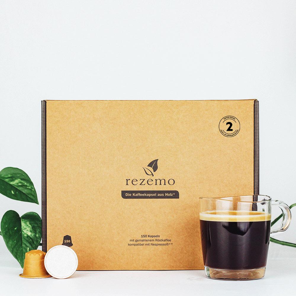 150 nachhaltige Kaffeekapseln Edition 2 in der Großverpackung hinter Kaffeetasse