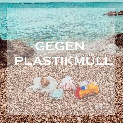 Strand mit Muell und die Aufschrift gegen Plastikmuell