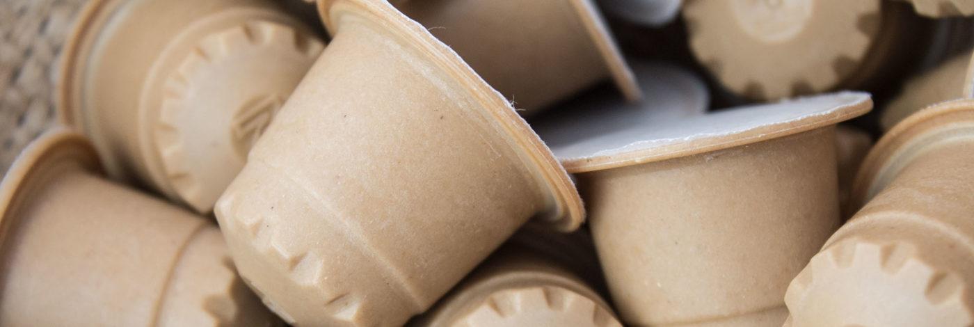 Nahaufnahme eines Haufens der rezemo Kaffeekapseln aus Holz