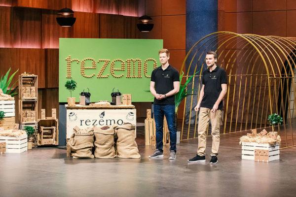 rezemo GRuender Julian und stefan mit der Kaffeekapsel aus Holz bei DHDL