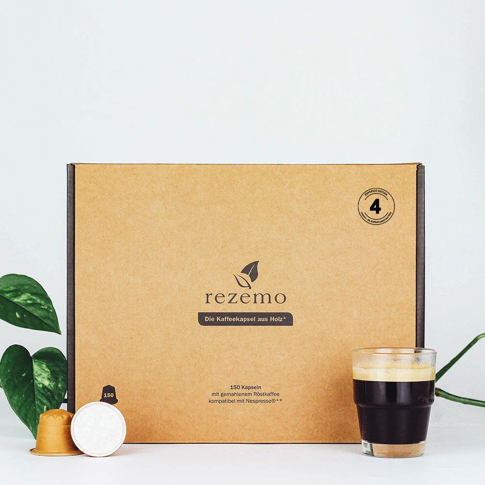 150 nachhaltige Kaffeekapseln Edition 4 in der Großverpackung neben Espresso