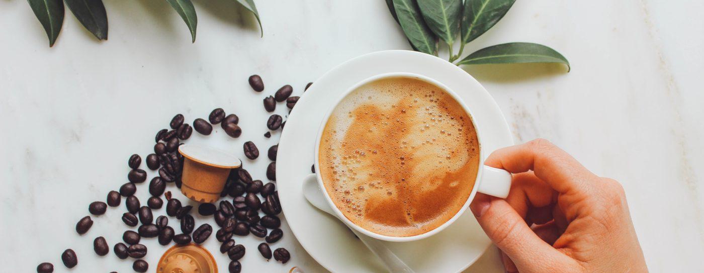 rezemo Cappuccino mit Holzkapsel Edition 2 und Kaffeeebohnen als Deko
