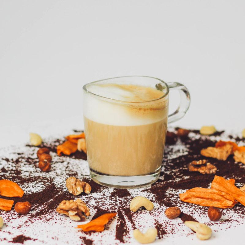 Latte Macchiato aus rezemo Edition 3 zwischen Kaffeepulver, Nuessen und Trockenfruechten