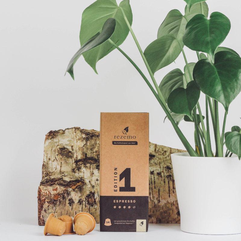 14er-Verpackung rezemo Espresso Edition 1 vor Birkenholz und Monstera