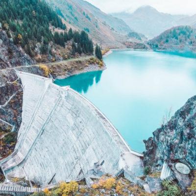 Wasserkraftanalge in den Alpen zur Erzeugung von Ökostrom für Herstellung der umweltfreundlichen rezemo Kaffeekapseln