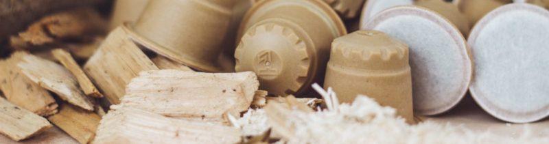 rezemo Kaffeekapseln vor Hobelspänen, aus denen sie hergestellt werden
