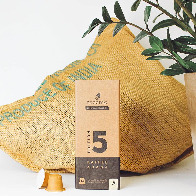 rezemo Edition 5 neben Pflanze und Kaffeesack