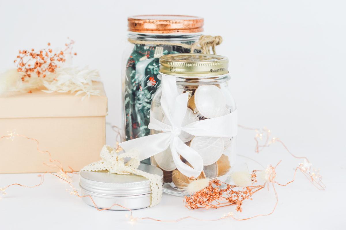 Kaffeekapseln und Weihnachtsgeschenke in Vorratsgläsern und Pappe verpackt