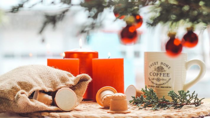 Weihnachtskerzen, Christbaumkugeln, rezemo Kaffeeekapseln zum Weihnachtskaffee
