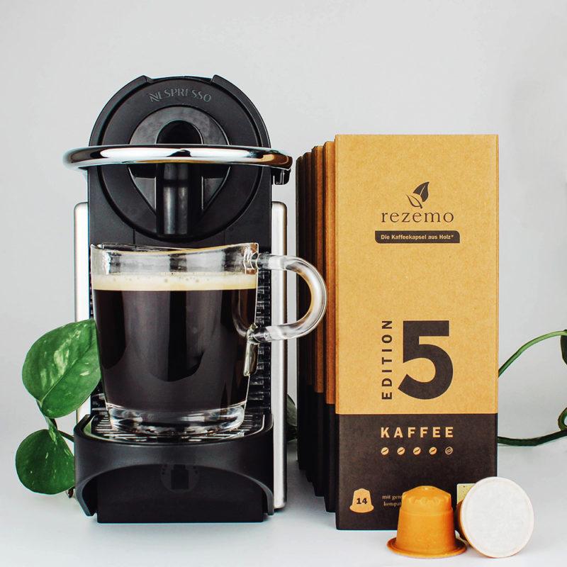 rezemo Starterset mit Nespresso Pixie Kaffeemaschine, rezemo Editionen 1 bis 5 und frisch gebrühte Tasse Kaffee
