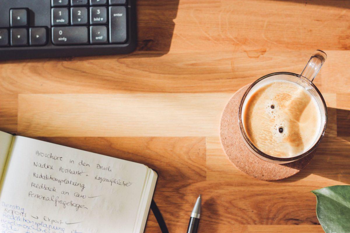 rezemo Kaffee am Schreibtisch im Homeoffice
