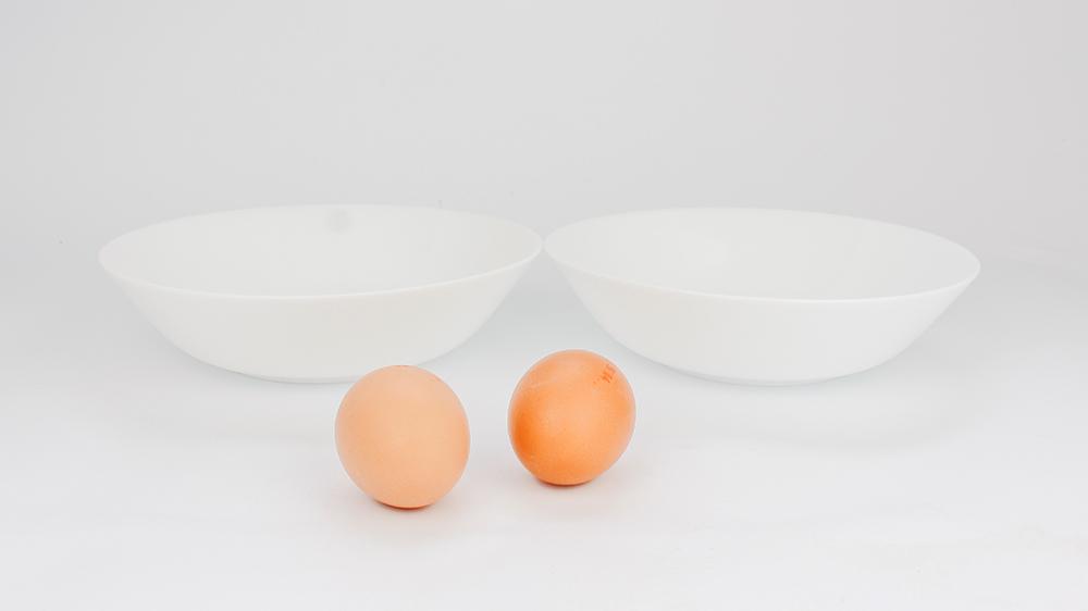 zwei Eier und zwei Schüsseln für den Egg Coffee