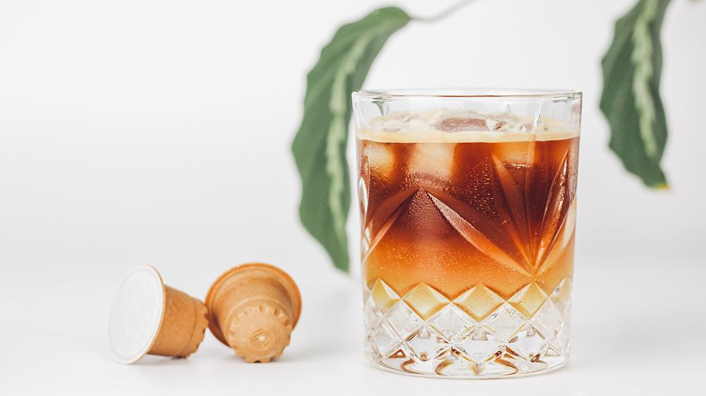 rezemo Sommer Rezept für einen Espresso Tonic mit Eiswürfeln, Tonic Water und der rezemo Edition 4