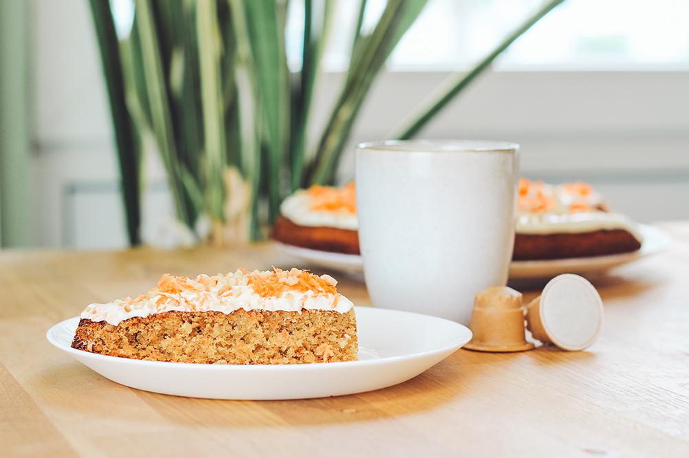 Rezept für einen veganen Karottenkuchen mit Frosting zum Genießen mit einem rezemo Kaffee